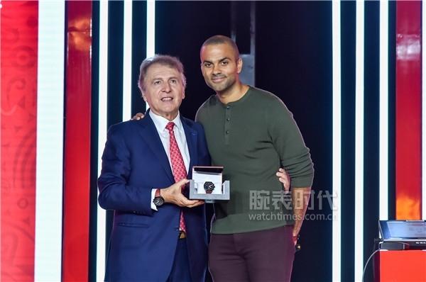 圖14:TISSOT天梭表全球總裁弗朗索瓦·添寶先生為托尼·帕克送上天梭速馳系列FIBA特別款腕表