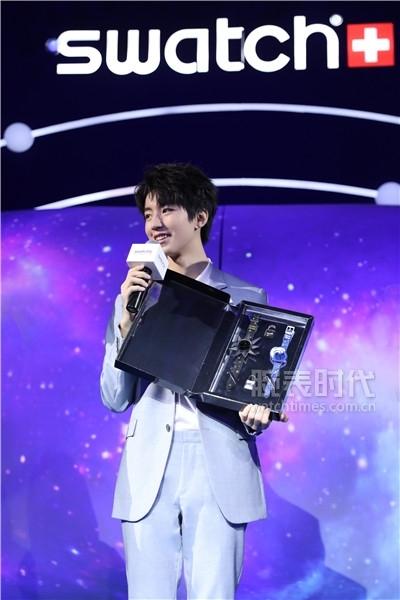 斯沃琪全球形象代言人王俊凱現場展示斯沃琪品牌所贈送的限量編號雙表套裝禮盒