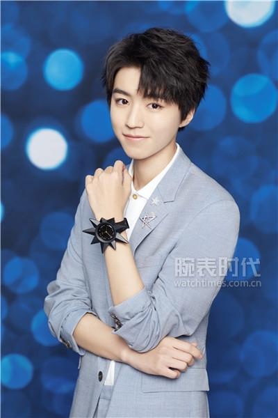 """斯沃琪全球形象代言人王俊凱佩戴有星星表頭裝飾配件的 """"K921星球""""腕表"""