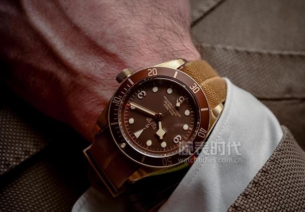 硬汉和小鲜肉戴同款青铜腕表,谁更适合?