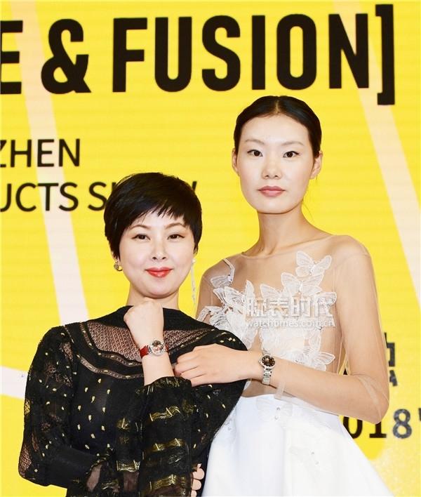 宝时捷总经理王淑雷女士(左)与《爱上超模2》冠军 赵家彤合影