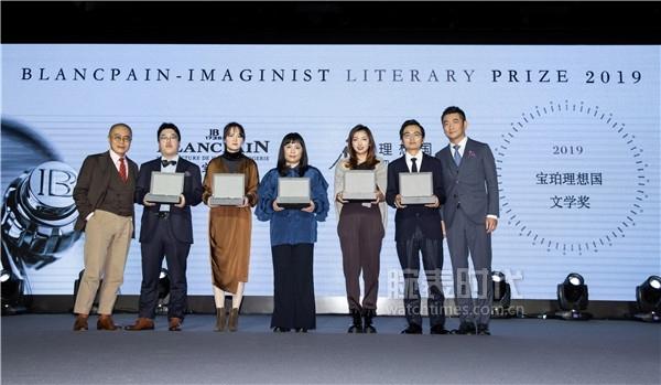 7 廖信嘉、梁文道为入围决选名单的五位青年作家颁奖