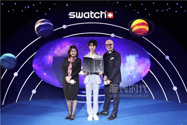 (從左至右)斯沃琪中國區副總裁Molly Gu女士、斯沃琪全球形象代言人王俊凱與斯沃琪全球創意總監Carlo Giordanetti先生合影留念
