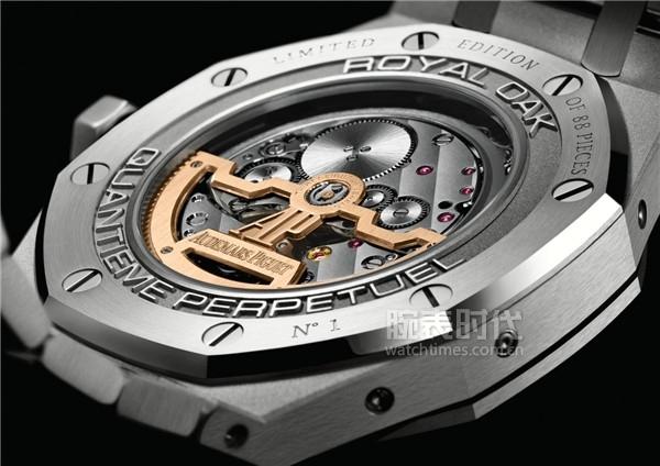 """表底镌刻""""N°1""""字样的第一枚全新皇家橡树系列万年历腕表中国限量版"""