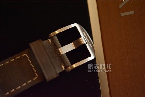 与时尚同行,实拍沛纳海PAM535两地时手表_表扣