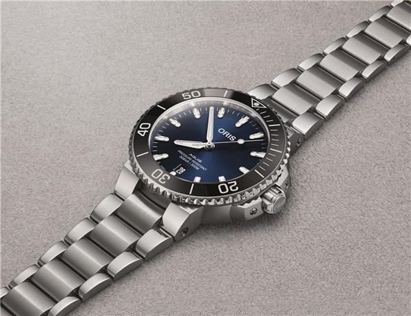 重返深水,豪利时Aquis日历腕表